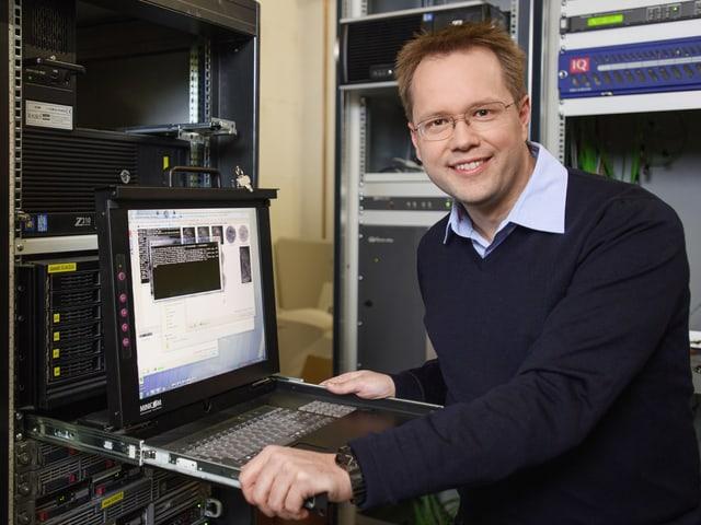 Christoph Siegrist vor Bildschirm