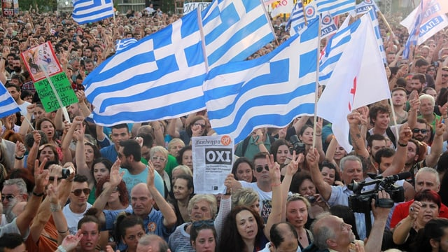 Fulla da glieud che demonstrescha, bandieras greccas.