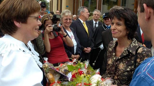 Frauen mit Blumenstrauss.