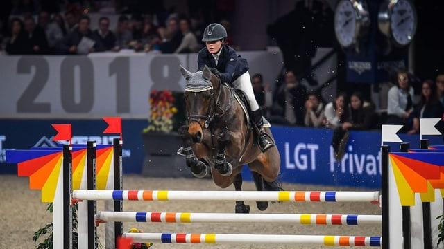 Fabienne Eggenberger springt mit Dexter über ein Hindernis