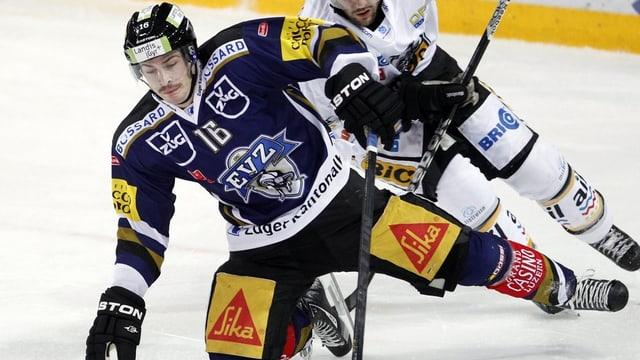 Der Zuger Eishockeyprofi Raphael Diaz auf dem Eis in Action.