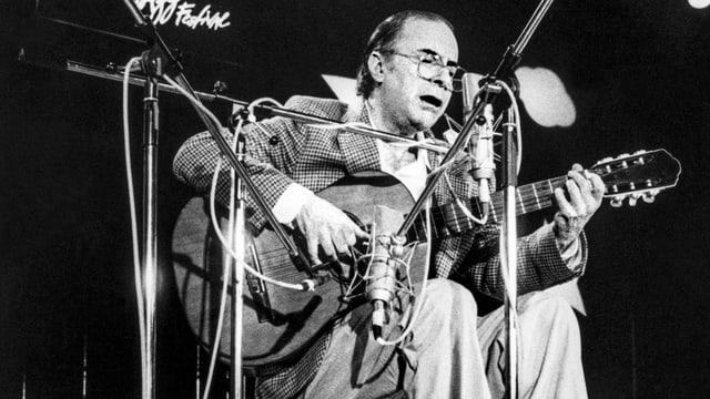 Joao Gilberto bei einem Konzert.