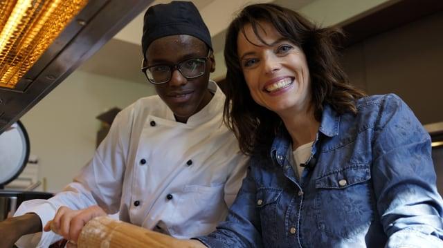 Beim Schnetzeln wird nicht geredet – Mona Vetsch kocht mit dem gehörlosen Abdulai für den Mittagstisch.