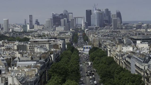 Blick auf das Büroviertel von Paris. Davor eine grosse Allee