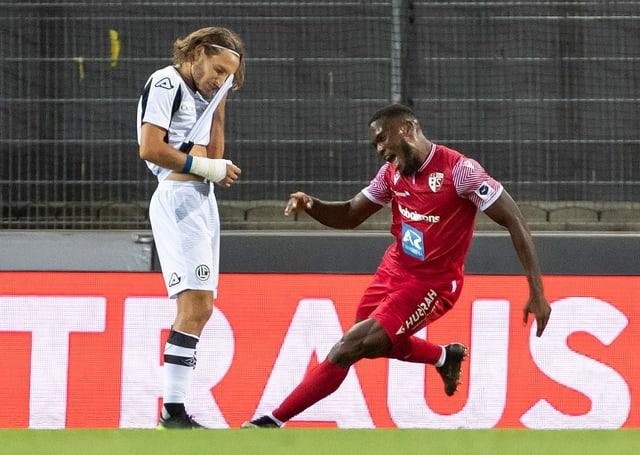 Cavaré freut sich über seinen Treffer, Lavanchy ist bedient.