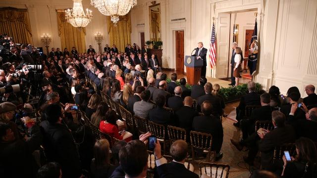 US-Präsident Trump zelebriert im Weissen Haus vor Publikum und TV-Kameras seine Entscheidung.