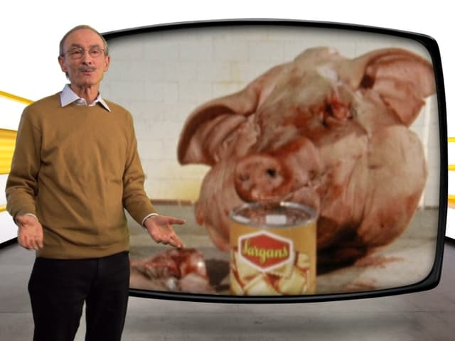Urs P. Gasche vor Bild aus Ravioli-Beitrag mit Schweinekopf