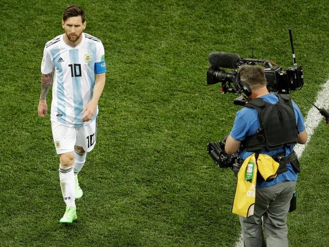 Lionel Messi wird von einer Kamera beobachtet