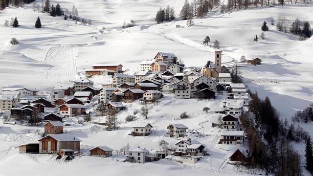 Blick auf das kleine Bergdorf Stierva im Winter.