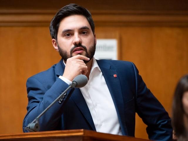 Cédric Wermuht im Parlament am Mikrofon