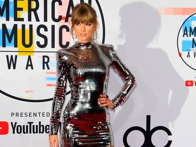 Taylor Swift in einem silbernen Metalic Kleid