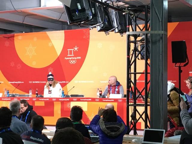 Ester Ledecka unterhielt die Journalisten mit Skibrille.