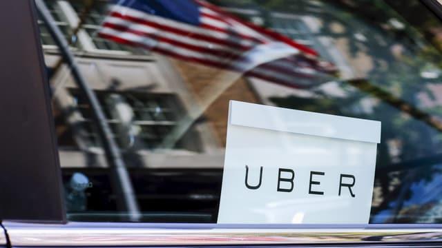 Uber-Logo in einem Auto