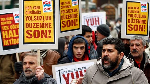 Demonstranten halten Plakate