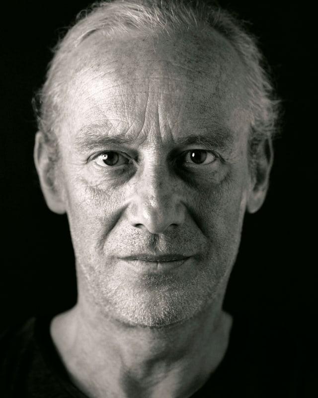 Porträt von Mathias Rüegg.