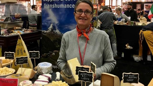 Käseimporteurin Caroline Hostettler steht hinter einem Käsestand an einer Foodmesse in den USA.