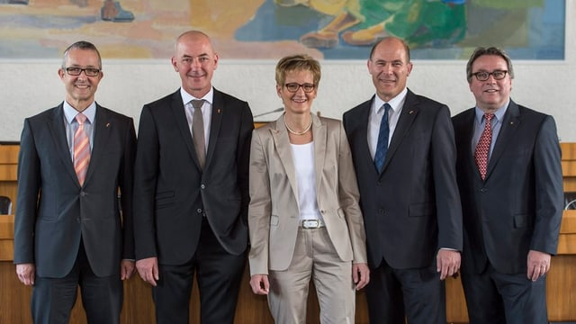 Die fünf Baselbieter Regierungsräte posieren im Landratssaal vor der Kamera.