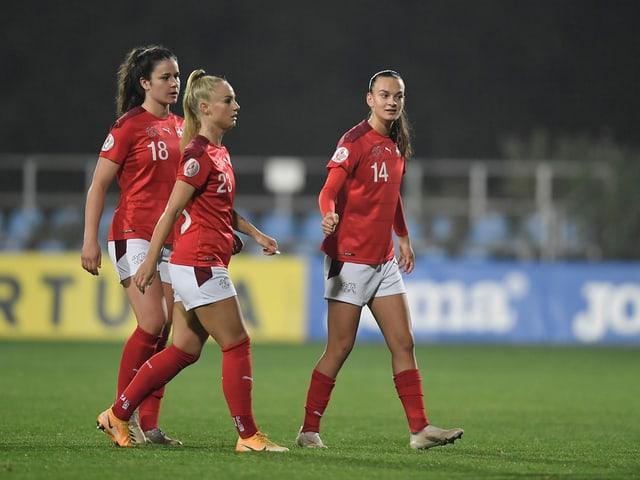 Die Schweizer Nationalspielerinnen Svenja Folmli, Alisha Lehmann und Riola Xhemaili.