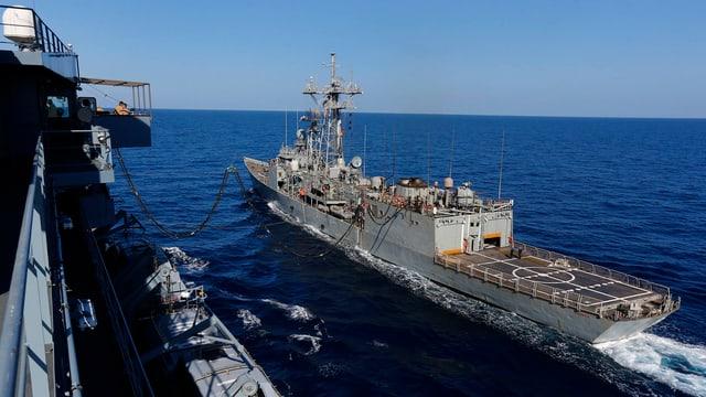 Ein deutsches Versorgungsschiff beliefert im Rahmen der Operation «Sophia» ein spanisches Kriegsschiff auf hoher See.