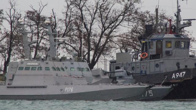 Drei ukrainische Marineboote, vertäut im Hafen von Kertsch.