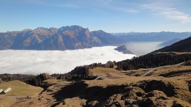 Herrliches Bergwetter mit blauem Himmel, im Tal liegt Nebel.