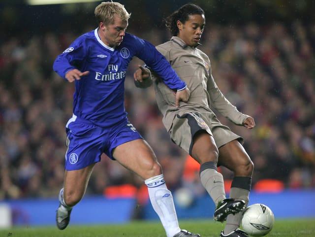 Gudjohnsen im Duell mit Ronaldinho.