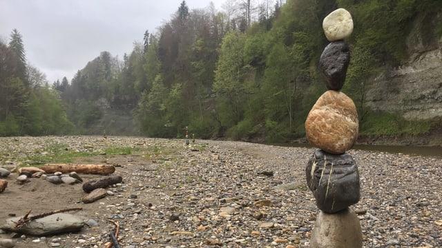 «Steinmannli », aufeinander getürmte Steine, entlang des Laufs der Emme.