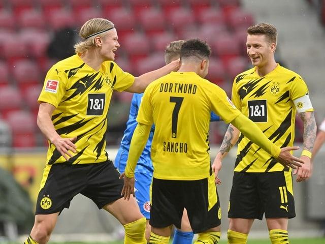 Dortmunder Spieler jubeln.
