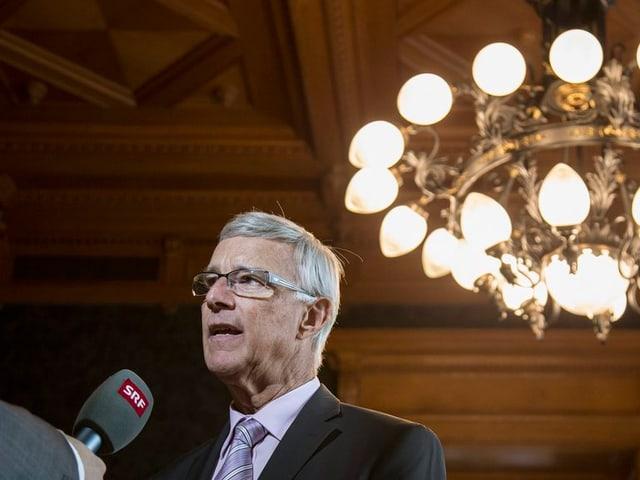 Bild von Ständerat Paul Niederberger bei einem Interview im Bundeshaus.