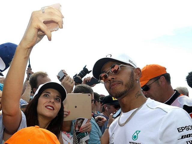 Lewis Hamilton macht ein Selfie mit Fans