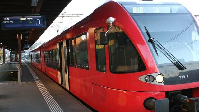 Zug am Bahnhof Flawil