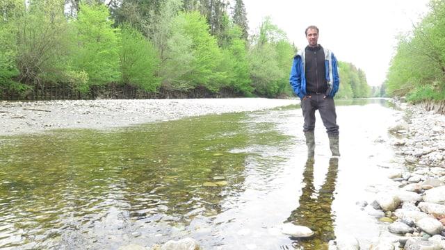 Mann steht im Fluss