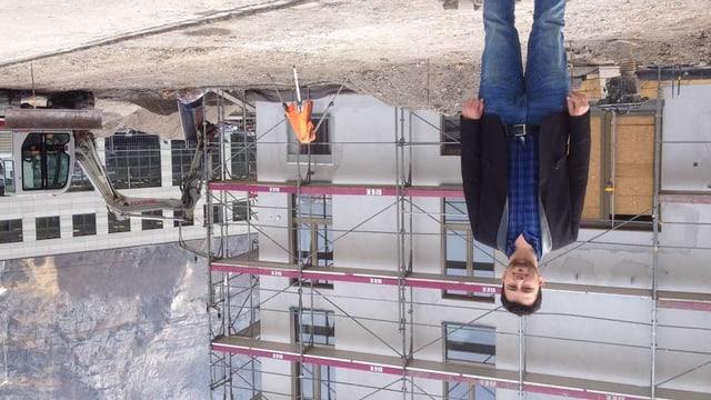 Irfan Lika 2016 vor der Moschee, als sie noch im Bau war.