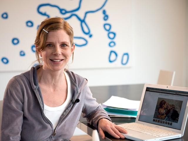 Kerstin Birkeland vor ihrem Computer.