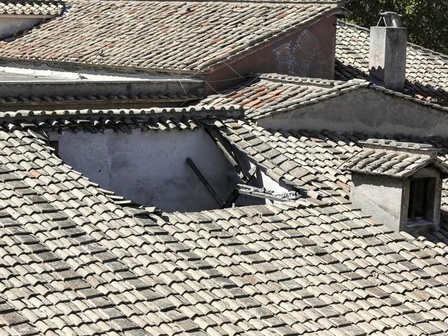 Bild des eingestürzten Ziegeldaches des Virgilio-Gymnasiums mitten in der Römer Altstadt.