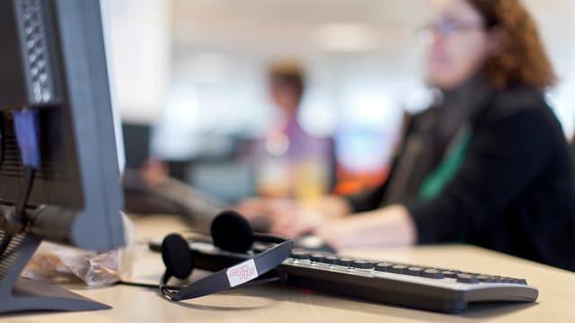 Symbolbild: Vor einem Computer in den SDA-Redaktionsräumen sitzt niemand.