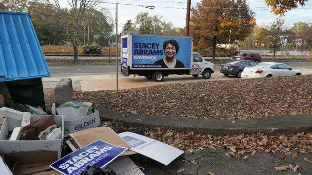 Das Wahlkampfmaterial der unterlegenen Demokratin Stacey Abrams wird entsorgt.