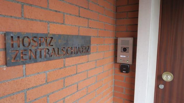 Eingangsschild des Hospizes Zentralschweiz an der Türe.