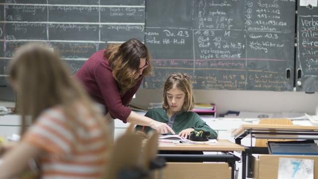 Lehrerin hilft Schülerin