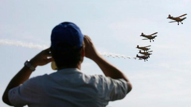 Zuschauer beobachtet Fliegerstaffel an Flugschau in Grenchen