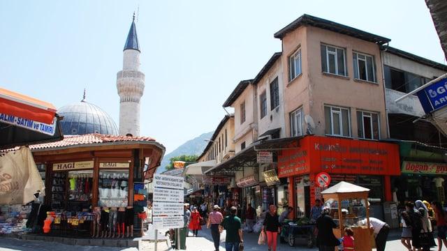 Türkische Stadt mit Gassen und Touristenmarkt.