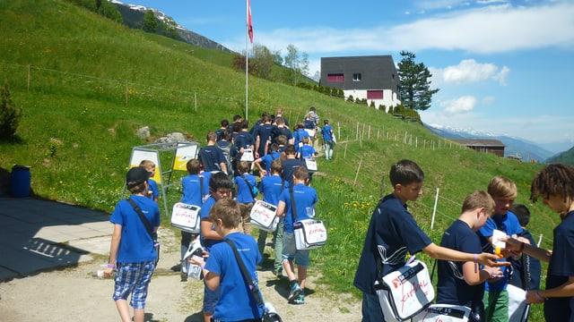Ils Singknaben Solothurn partan en direcziun dal center da sport e cultura.