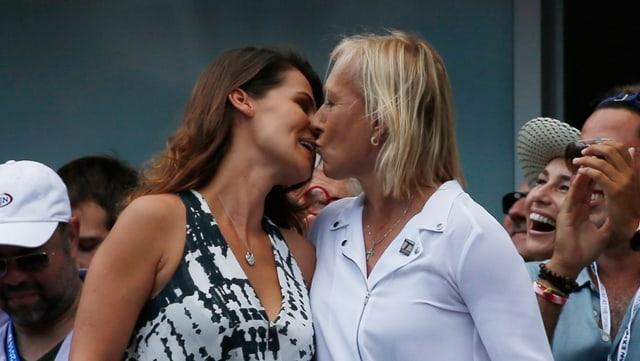 Martina Navratilova und ihre Julia küssen sich vor den Zuschauern.