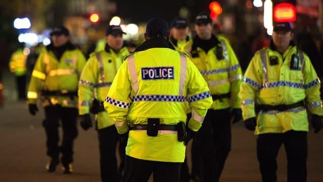 Polizisten in gelben Jacken.