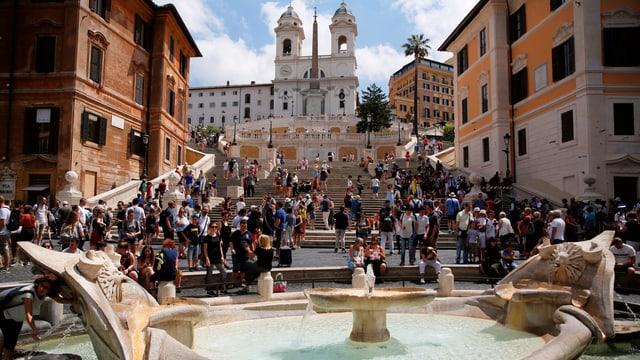 Spanische Treppe in Rom mit vielen Personen.