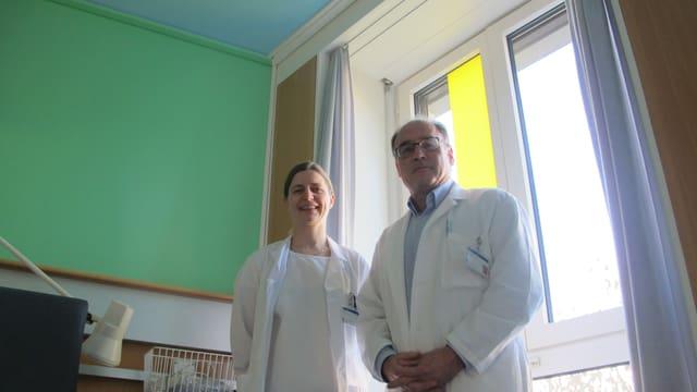 Kunst unterstützt den Heilungsprozess. Diana Vetter, Mitautorin der Studie, und Klinikleiter Pierre-Alain Clavien.
