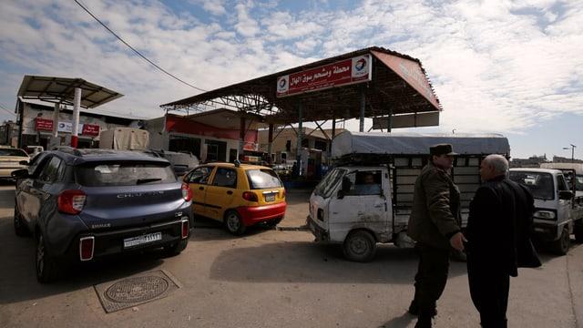 Autos vor Tankstelle.