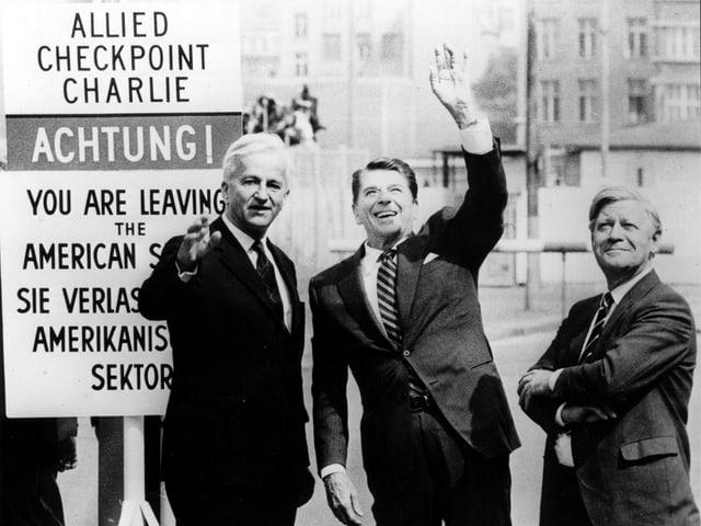 Drei Personen auf eine schwarz-weiss-Foto in Berlin.