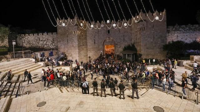Gitter und Polizeiaufgebot am Damaskustor in Jerusalem