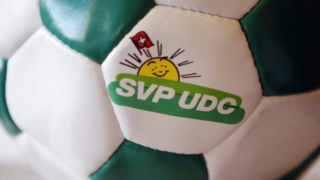 Ein Fussball mit einem SVP-Logo.